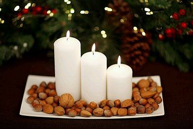Centro-de-mesa-navideño-con-velas-y-frutos-secos